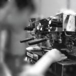 Como funciona a máquina de café expresso?