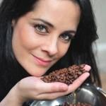 Isabela Raposeiras, do Coffee Lab, ensina a preparar um bom café coado em casa