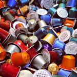À espera de reciclagem, cápsulas de café sobrecarregam aterros sanitários